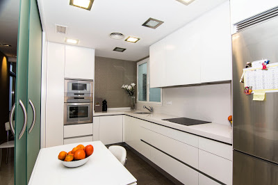 en sta mostramos la cocina vista desde la puerta de entrada nada ms entrar en casa vemos ese gran tabique de cristal convertido en puerta